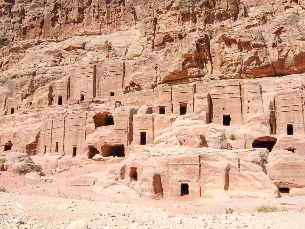 Pétra, merveille dans le désert du Wadi Rum en Jordanie dans notre article Déserts du monde : L'expérience mystique du Sahara, Thar et Wadi Rum #deserts #desert #sahara #thar #wadirum #voyage