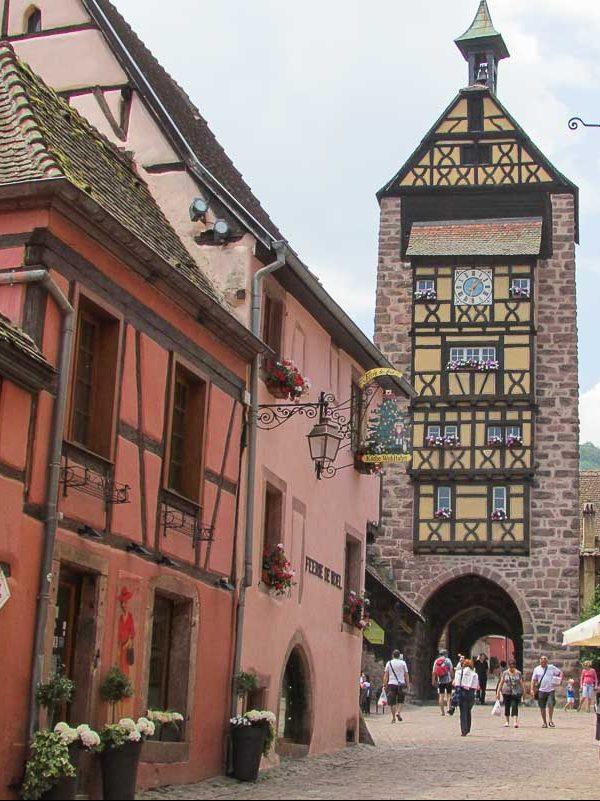 Riquewihr à visiter en Alsace près de Strasbourg dans notre article Visiter Strasbourg en Alsace et ses environs en 6 itinéraires d'un jour #strasbourg #alsace #france #voyage