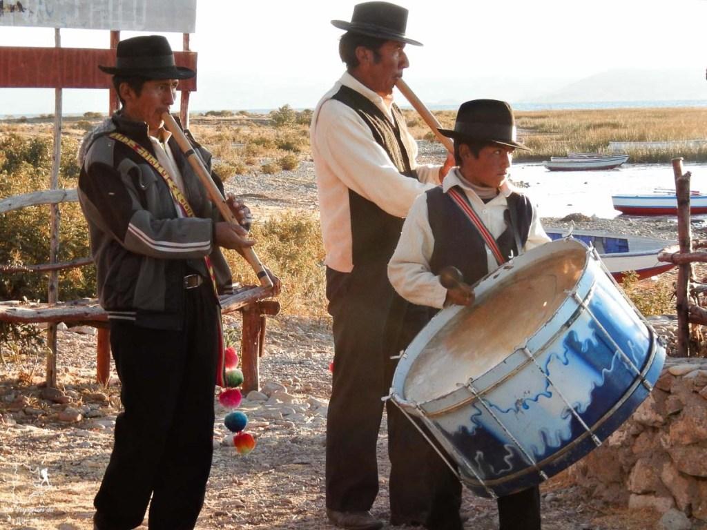 Fanfare accueil sur l'île Amantani au lac Titicaca dans notre article Le lac Titicaca au Pérou : Mon expérience sur 3 îles et dans une famille locale #perou #lactiticaca #titicaca #voyage #ameriquedusud