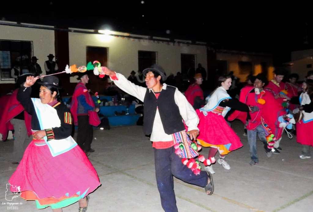 Danse traditionnelle de l'île Amantani au lac Titicaca au Pérou dans notre article Le lac Titicaca au Pérou : Mon expérience sur 3 îles et dans une famille locale #perou #lactiticaca #titicaca #voyage #ameriquedusud