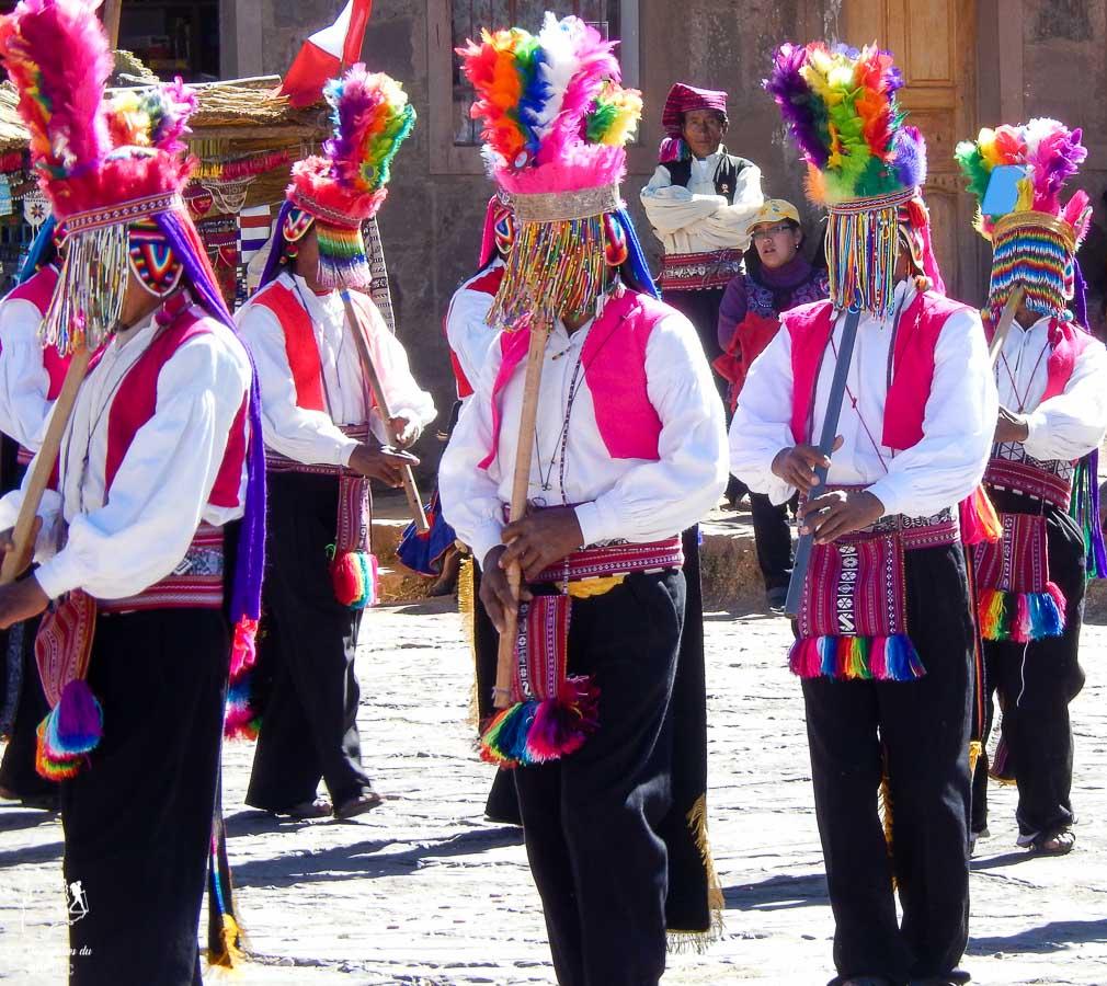 Parade pour la fête des moissons sur l'île Taquile sur le lac Titicaca au Pérou dans notre article Le lac Titicaca au Pérou : Mon expérience sur 3 îles et dans une famille locale #perou #lactiticaca #titicaca #voyage #ameriquedusud