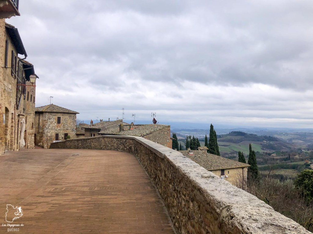 Sur les remparts fortifiés de San Gimignano en Toscane dans notre article Visiter la Toscane en Italie : Mes incontournables de que faire et voir en 10 jours #toscane #italie #europe #voyage #itineraire #sangiminiano