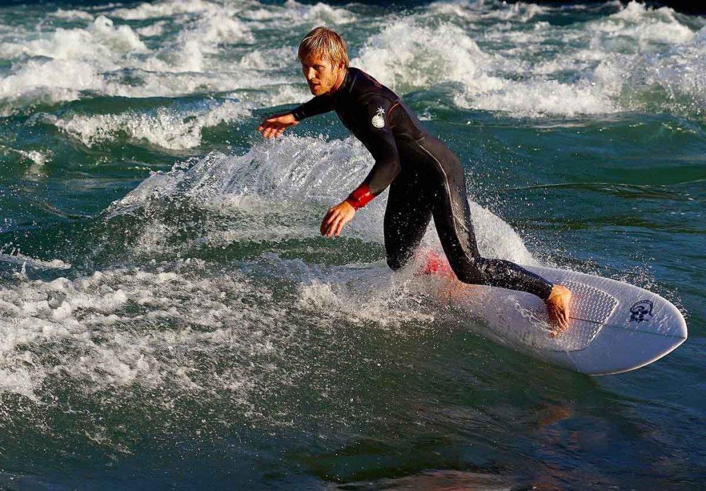 Le surf de rivière, une activité originale à faire au Québec en été dans notre article Que faire au Québec en été : 7 activités extérieures pour profiter de la saison estivale #quebec #canada #activites #ete #surfderiviere