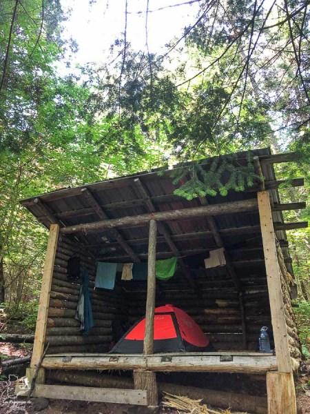 Lean-to pour dormir sur le Sentier national dans notre article Randonnée dans Lanaudière : 100 km sur le sentier national (sentier de la Matawinie) #randonnee #lanaudiere #matawinie #sentiernational #quebec #canada
