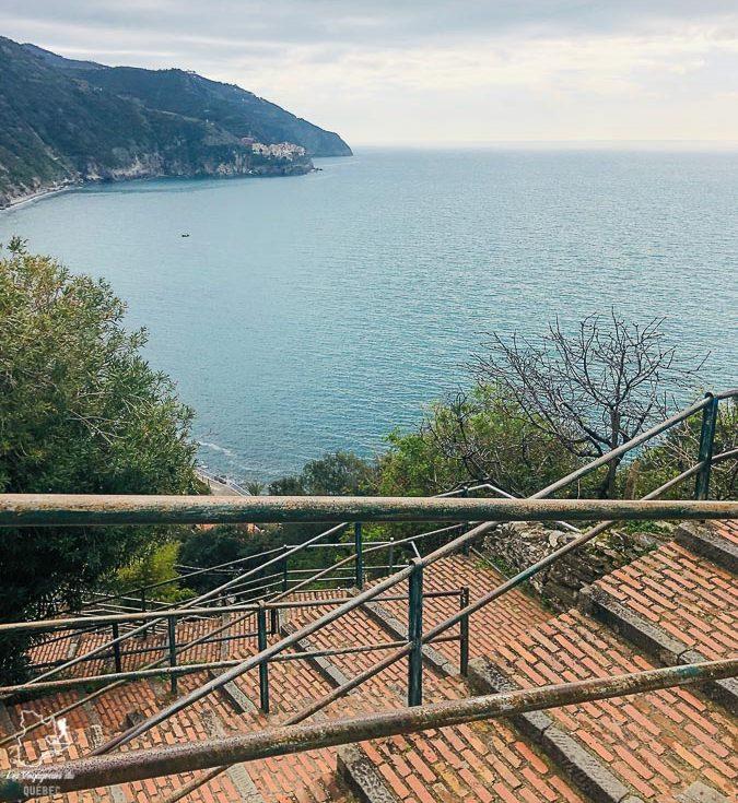 Escalier de Corniglia en Italie dans notre article Visiter les Cinque Terre en Italie avec ses charmants villages colorés #cinqueterre #italie #ligurie #voyage #europe