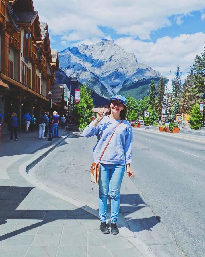 Magasinage rue principale de Banff en Alberta dans notre article Road trip vers l'ouest du Canada : mon itinéraire vers la Vallée de l'Okanagan #ouestcanada #ouestcanadien #roadtrip #canada #voyage