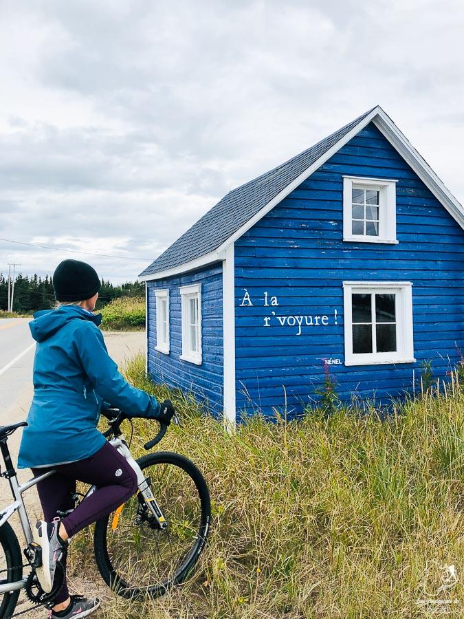 En vélo à Natashquan dans notre article Road trip sur la Côte-Nord au Québec : Itinéraire voyage de 10 jours en van #cotenord #quebec #bonjourquebec #canada #roadtrip #voyage