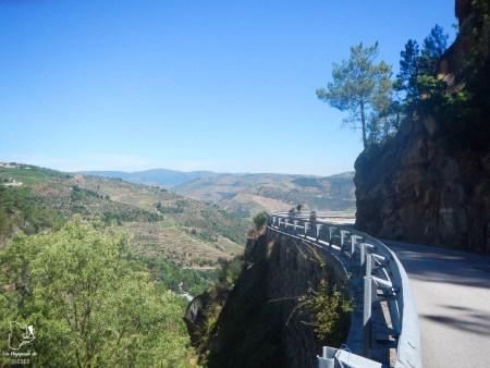 Conduire dans la Vallée du Douro dans notre article Visiter Porto au Portugal et la Vallée du Douro : Que faire en 7 incontournables #porto #valleedudouro #portugal #europe #voyage