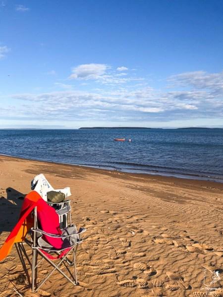 Apéro sur la plage de Havre-Saint-Pierre dans notre article Road trip sur la Côte-Nord au Québec : Itinéraire voyage de 10 jours en van #cotenord #quebec #bonjourquebec #canada #roadtrip #voyage
