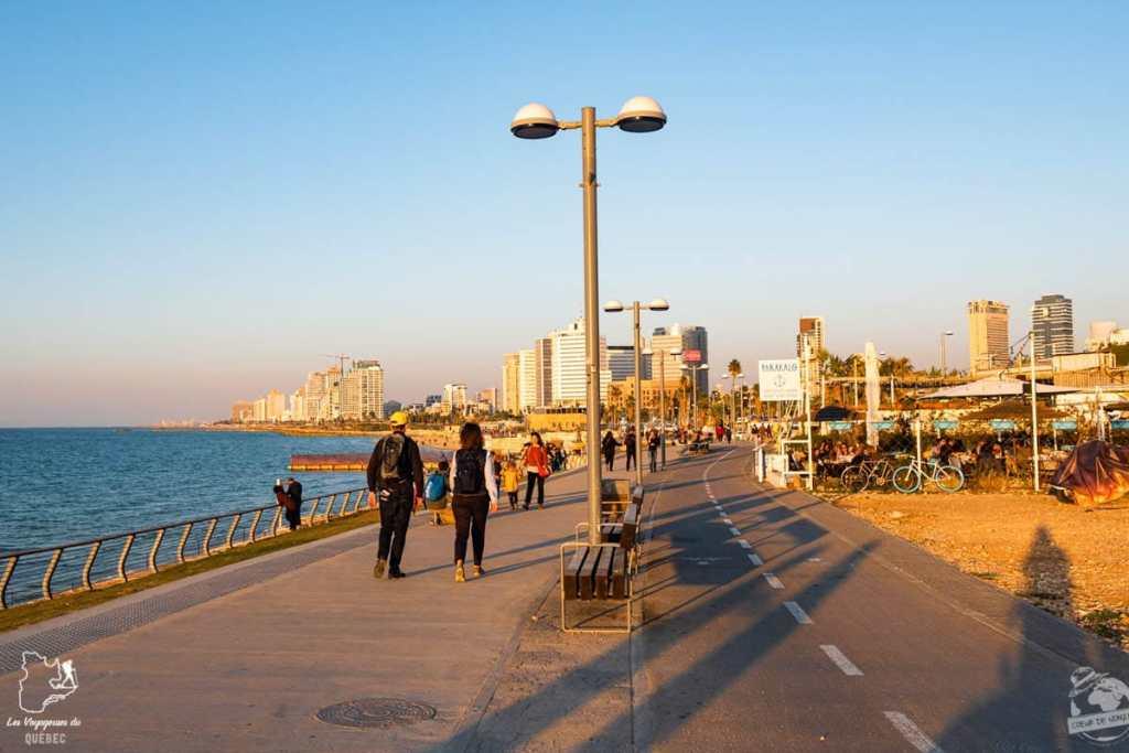 En vélo sur le boardwalk de Tel Aviv en Israël dans notre article Noël en Terre sainte : 9 jours à visiter Israël et la Palestine durant les fêtes #noel #terresainte #israel #palestine
