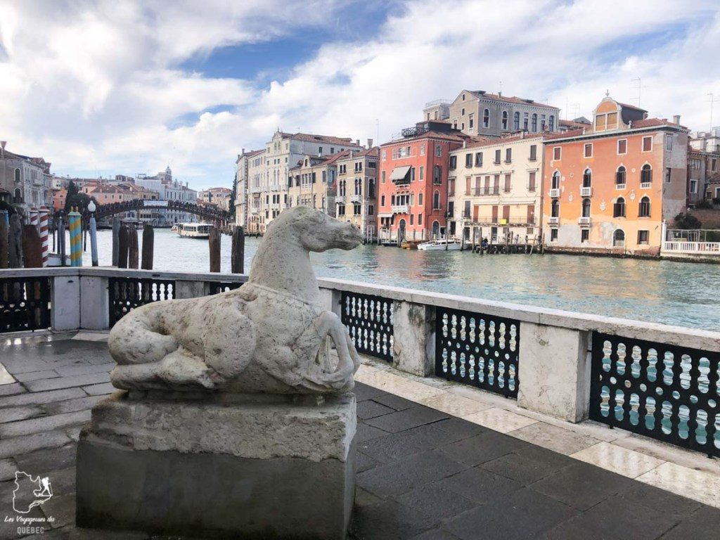 Vue sur le canal depuis le musée Peggy Guggenheim à Venise dans notre article Visiter Venise en 4 jours : Que voir et que faire à Venise en Italie #venise #venetie #italie #voyage #europe