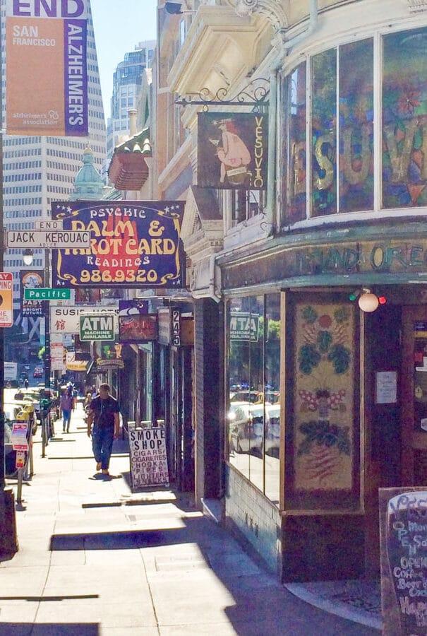 Café Vesuvio à North Beach à San Francisco dans notre article Que voir à San Francisco aux USA : ma découverte de la ville en 7 jours #sanfrancisco #californie #usa #etatsunis #voyage
