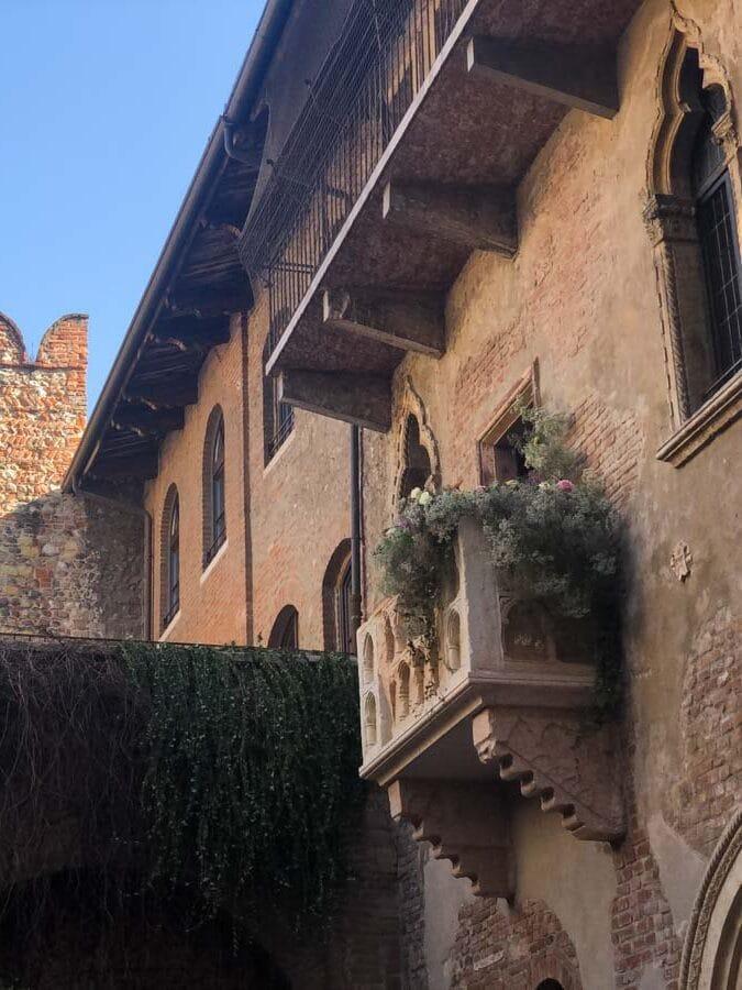 Balcon de la maison de Juliette à Vérone dans notre article Visiter Vérone en Italie : mes incontournables de la ville de Roméo et Juliette #verone #italie #venetie #voyage #europe