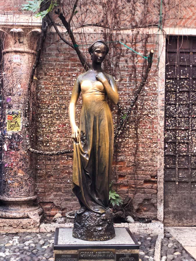Statue de Juliette à Vérone dans notre article Visiter Vérone en Italie : mes incontournables de la ville de Roméo et Juliette #verone #italie #venetie #voyage #europe