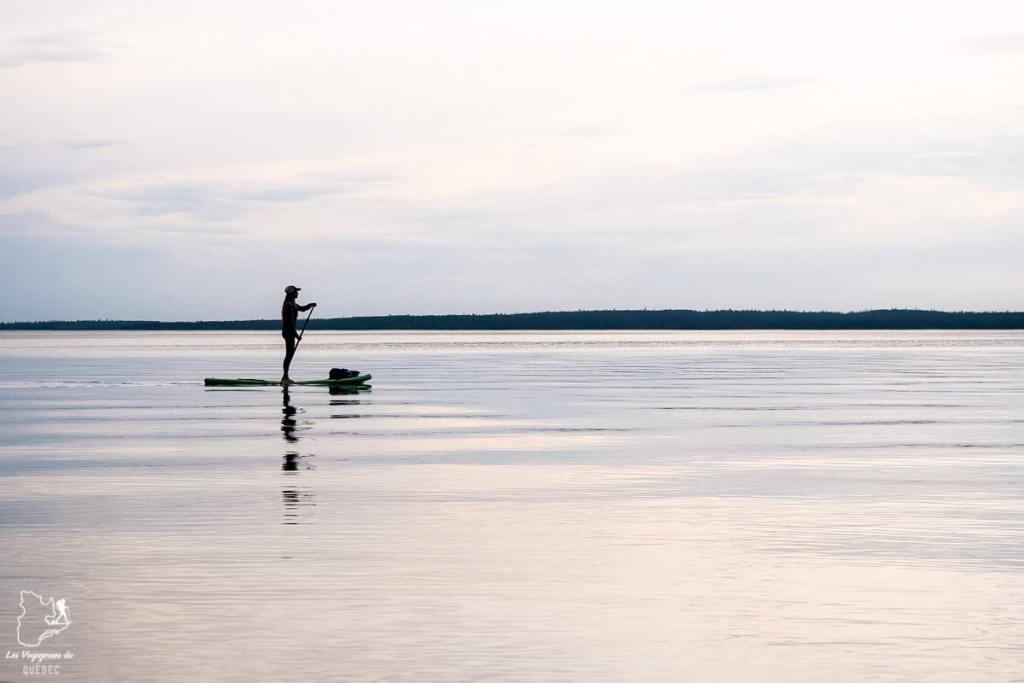 Paddle board sur un lac de Wasagaming au Manitoba dans notre article Visiter le Canada autrement : Ma traversée du Canada hors des sentiers battus #canada #roadtrip