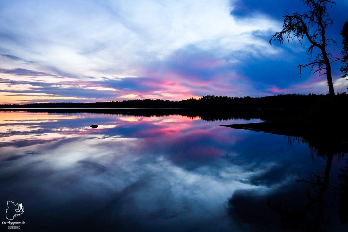 Coucher de soleil sur un lac du Manitoba dans notre article Visiter le Canada autrement : Ma traversée du Canada hors des sentiers battus #canada #roadtrip