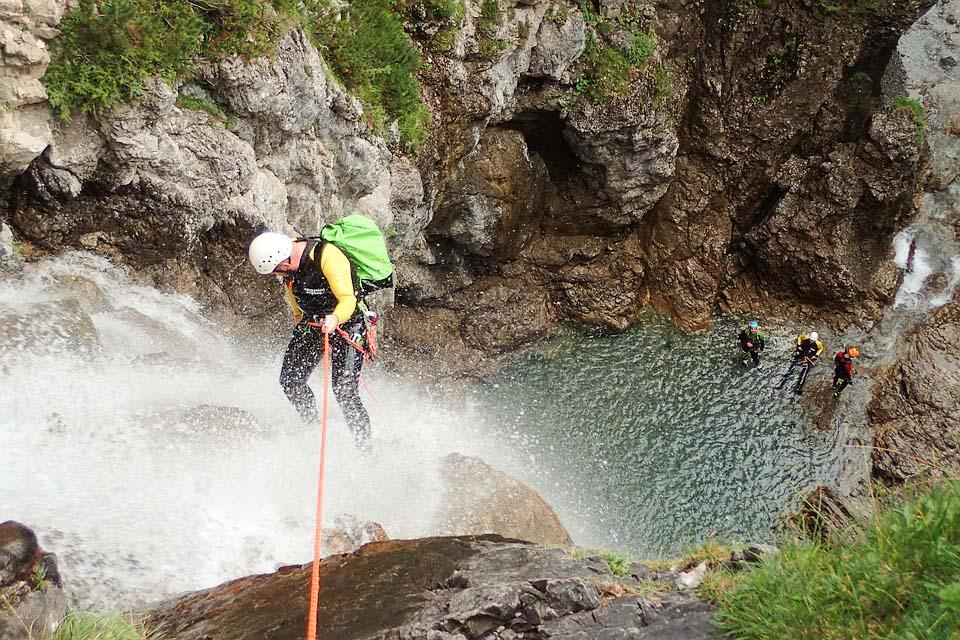 Activité de canyoning à la Chute Jean-Larose dans notre article 6 activités à faire au Québec pour les amatrices de sensations fortes #activites #quebec #canada #sportextreme #adrenaline