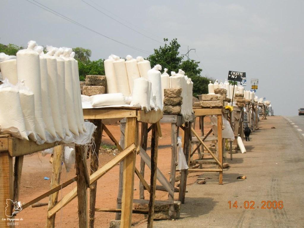 Kiosques de farine et tapioca au Bénin en Afrique dans notre article Voyage au Bénin: Le Bénin en Afrique en 8 incontournables à visiter #benin #afrique #voyage