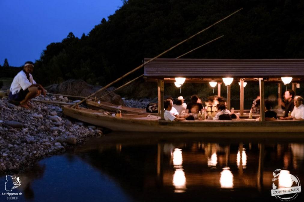Bateau des spectateurs lors de la pêche aux cormorans, Ukai, à Seki dans notre article Alpes japonaises: road trip au Japon dans les montagnes de l'île de Honshū #japon #alpes #alpesjaponaises #roadtrip #asie #voyage #honshu