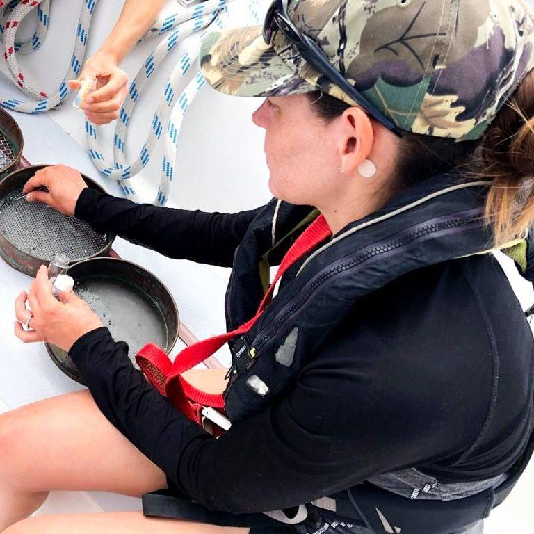 Échantillonnage de plastique en mer dans notre article Elle participe à Mission eXXpedition : projet écologique en mer totalement féminin #exxpedition #ecologie #environnement #voilier #femme #voyage