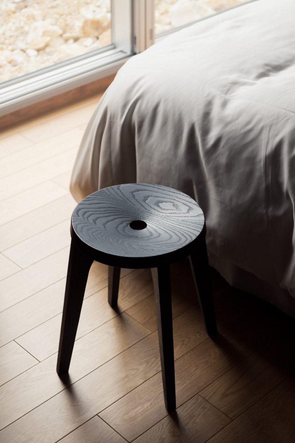 black dovetail les vrais in bedroom