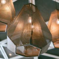 Φωτιστικό στο Κεντρικό χώρο της Λέσχης Σύμμετρον Cafe Bistro