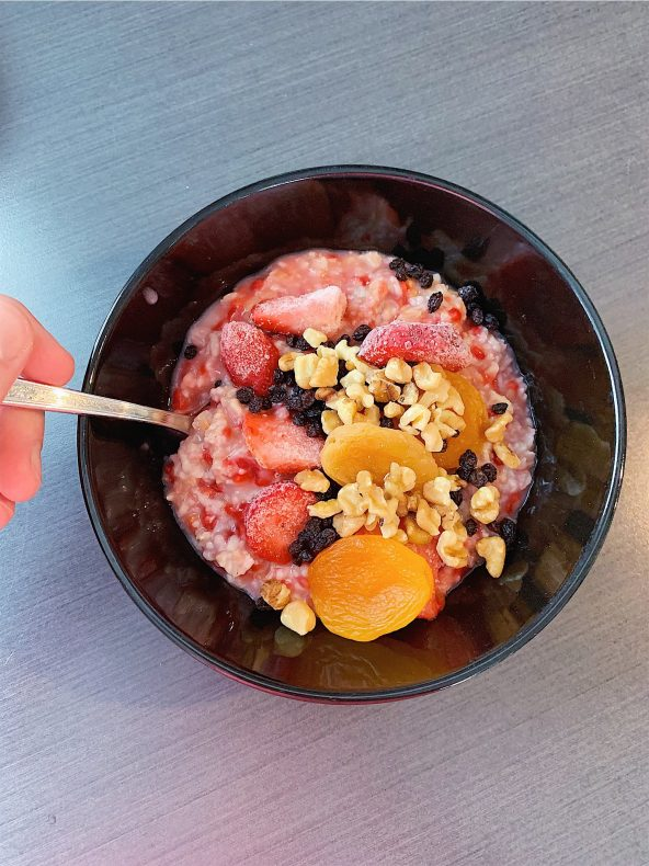 Gruau (à préparer la veille) aux fraises, abricots séchés, raisins de Corinthe et noix de Grenoble
