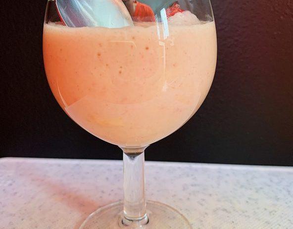 Crème glacée sans lait à l'ananas et aux fraises