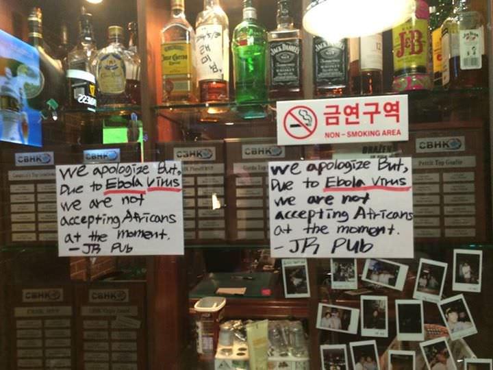 """""""Nous nous excusons, mais à cause du virus Ebola, nous n'acceptons pas d'africains ces jours-ci.""""poster affiché à lentrée de JR Pub à Séoul"""