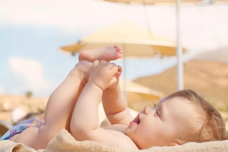 Как правильно: надо ли надевать на малыша трусы на пляже