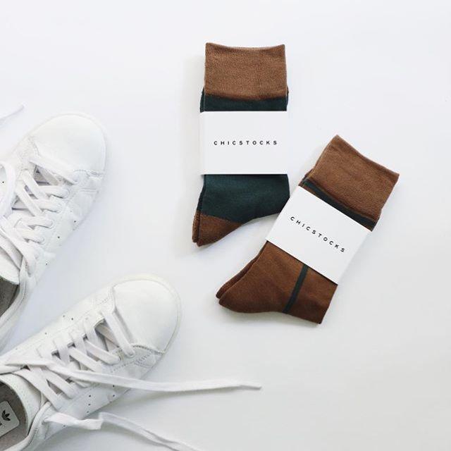 秋冬用にCHICSTOCKSの靴下を。いろんな色や柄があって考えて買ったつもりが、結局同じ色になってた…わたしの好きな色はこの2色ってことですね。 (Instagram)