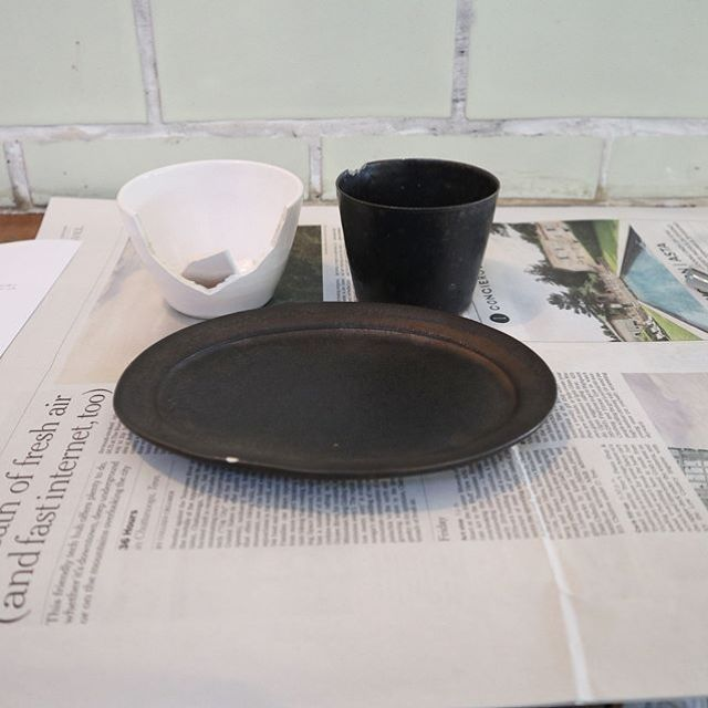 今日はオイチイチさんで金継ぎ。難しかったけど、楽しかった!器は割りたくないけど、金継ぎはもちょっと極めたいな。終わってからいただいたお茶と梅のモナカが美しくておいしい。 (Instagram)