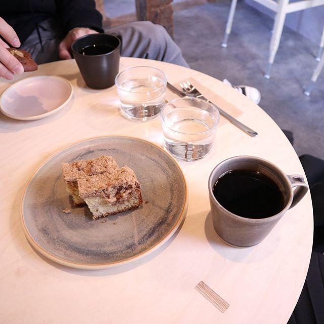 john kamakuraさんでシナモンの入ったクランブルケーキとコーヒー。どちらもうまい! (Instagram)