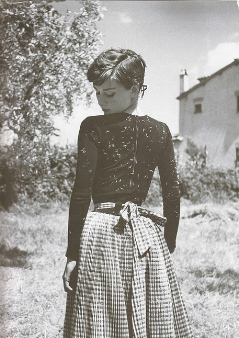 audrey-audrey-hepburn-black-and-white-italy-vintage-Favim.com-63153
