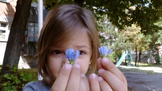 """ALT: """"nađenjka cvetnih prstiju"""""""