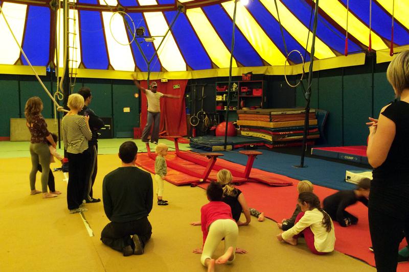 ecole_de_cirque_formations_amateur_Paris_Ahmed-Said_Cirque_en_famille_dimanche_letourdumondeengalipette2