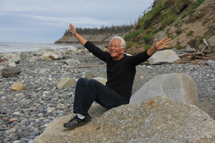 Senior libéré en vacances au bord de la mer