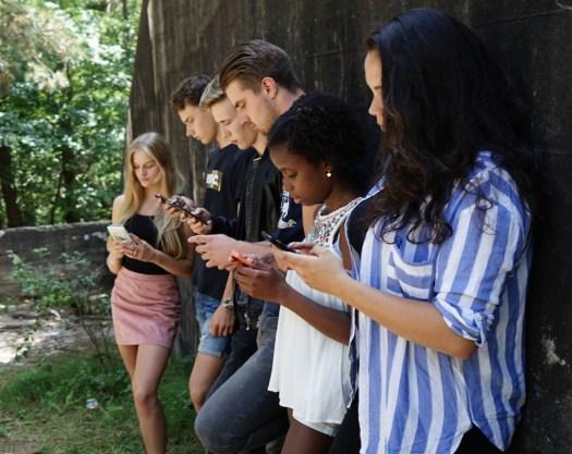 Jóvenes con la mirada fija en el móvil, propio del mundo digital