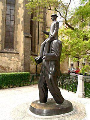 Estatua del escultor Jaroslav Roná en homenaje a Franz Kafka, develada en Praga el 4 de diciembre de 2003