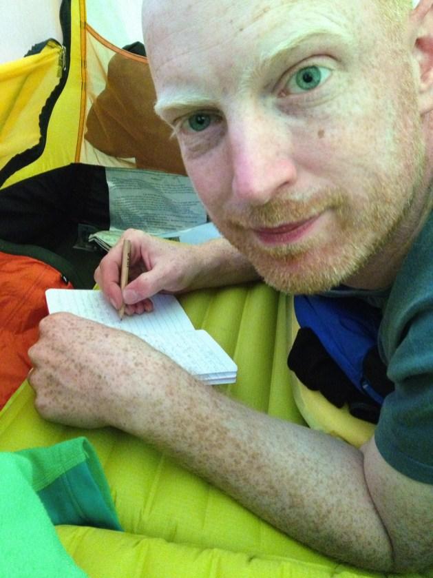 Emil skriver dagbok i tältet