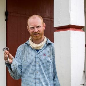 Emil med nyckeln till kapellet.