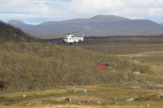 Helikoptern lämnar Östra Pältsastugan
