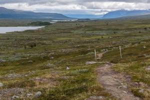 Padjelantaleden bakåt, på väg upp mot Loadasj, med Vuojatädno.