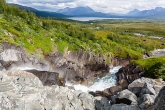 Över vattenfallet med utsikt mot Áhkká