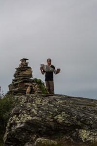 Emil kollar kartan uppe på Prinskullen.