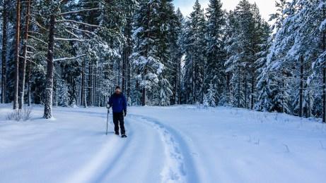Vandrar fram på snöskorna.