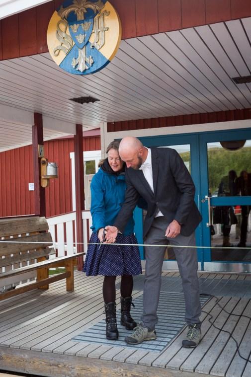 Annica och Torkel Ideström klipper ett grönt och ett vitt band.