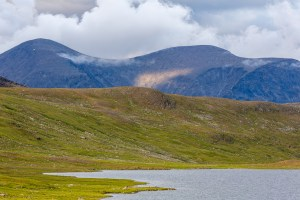 Tarrekaisemassivet tornar upp sig bakom sjön