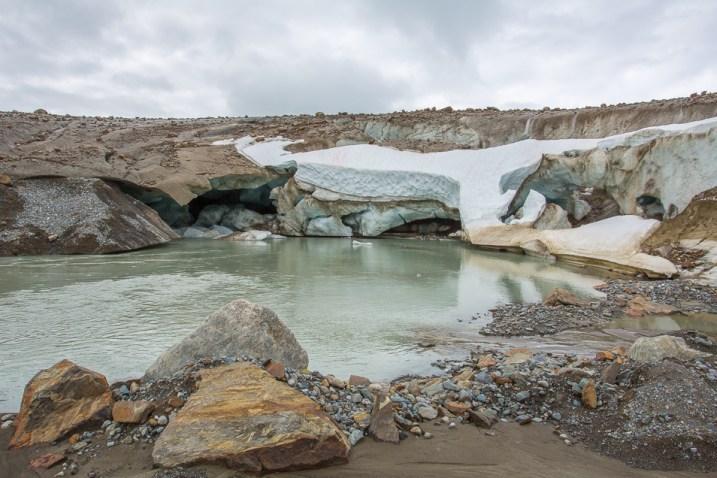 Här kommer Lájjrojåhkå ut från under isen