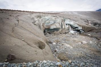 Grusigt på och framför glaciären